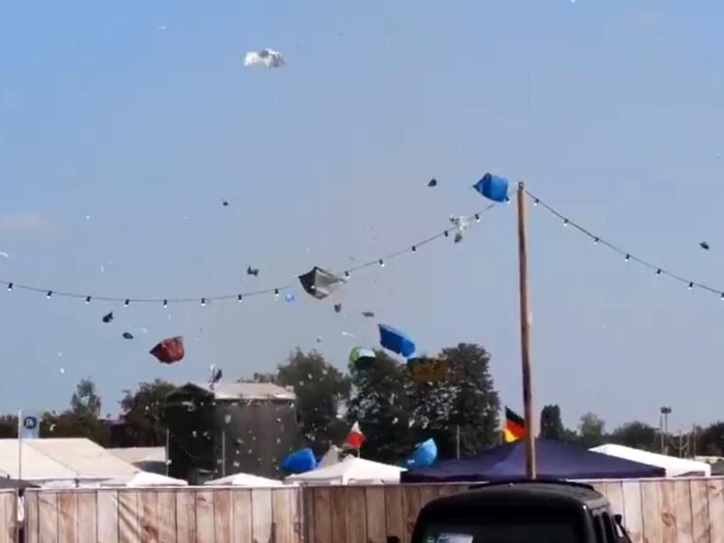 """Мини-торнадо обрушился на палаточный лагерь участников музыкального фестиваля в Германии (ВИДЕО)"""" />"""