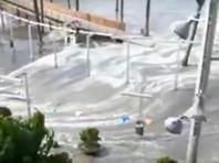 В результате шторма с полутораметровыми волнами на островах Майорка и Менорка были затоплены многие местные пляжи. Мини-цунами затопило бары и открытые кафе, вода добралась до прибрежных дорог