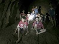 Двенадцать школьников из футбольной команды, а также их тренер, которых обнаружили в частично затопленной пещере Кхао Луанг на севере Таиланда, должны быть эвакуированы оттуда как можно скорее. Как пишет Bangkok Post, к этому призвал король Маха Вачиралонгкорн (Рама Х)