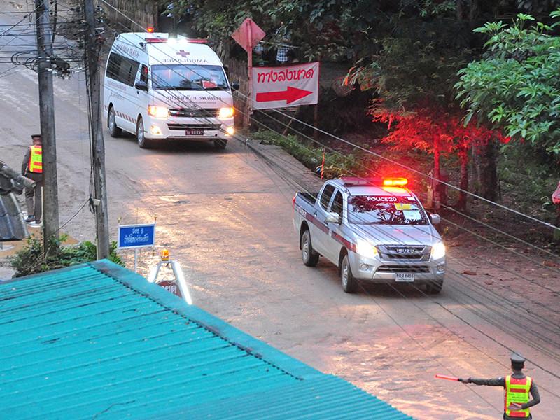 Двенадцать школьников и их тренер, спасенные накануне из тайской пещеры, где они пробыли более двух недель, потеряли в среднем по два килограмма веса, но в целом чувствуют себя хорошо и не проявляют признаков стресса