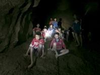 Команда юных футболистов, заблокированная   дождями в пещере на севере Таиланда, может провести там более четырех месяцев