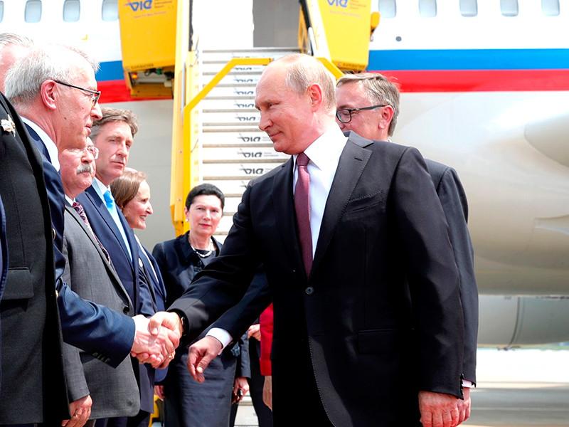"""Путин опоздал на свадьбу главы МИД Австрии, но успел станцевать с невестой"""" />"""