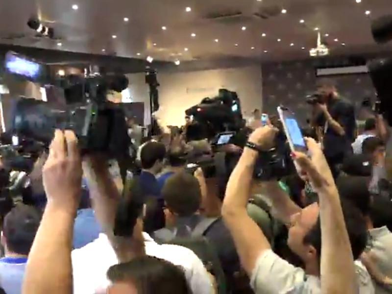 """Протестующие в Ереване сорвали пресс-конференцию Кочаряна, требуя вернуть """"убийцу"""" за решетку"""