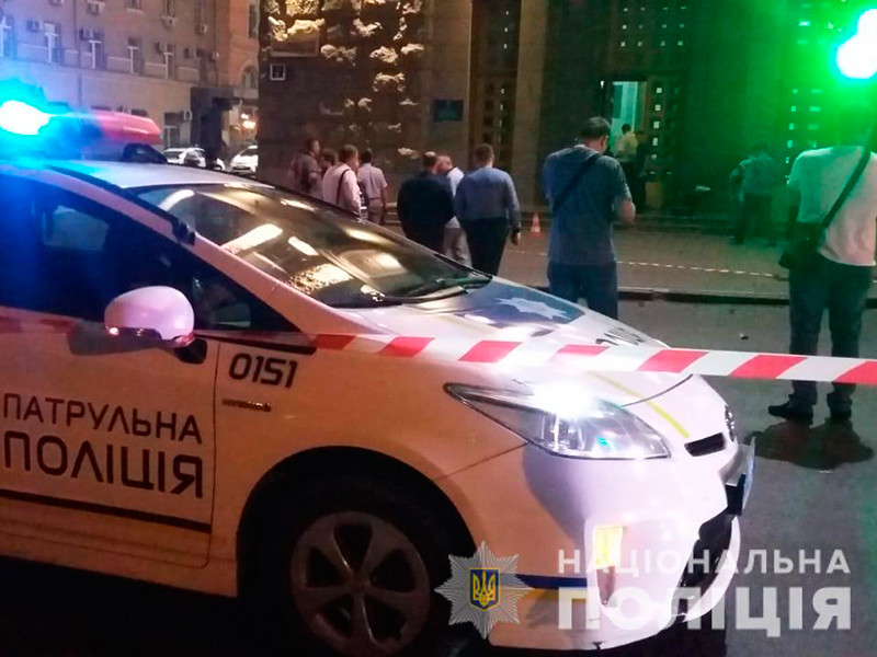 В Харькове мужчина открыл стрельбу из двух пистолетов у здания горсовета: погиб полицейский