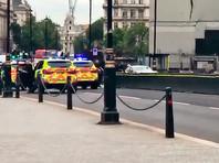 Автомобиль врезался в заграждение рядом с парламентом Британии (ВИДЕО)