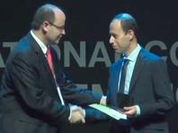 Каучер Биркар (на фото - справа) получает Филдсовскую премию