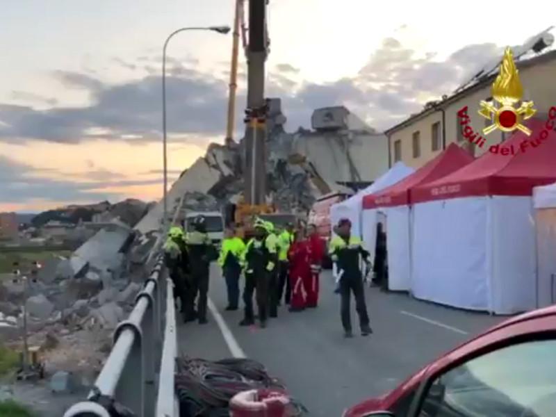 Отмечается, что итальянские спасатели третий день подряд ведут поисковые работы на месте обрушения пролета моста