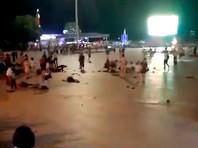 В Китае автомобиль въехал в толпу, а водитель напал с ножом на пешеходов: трое погибли, 43 человека ранено