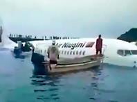 В Микронезии пассажирский самолет скатился в океан при аварийной посадке (ФОТО, ВИДЕО)