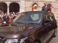 У королевы Елизаветы II есть искусственная рука, чтобы приветствовать публику