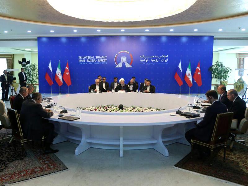 Военного решения сирийского кризиса не существует, он может быть разрешен только мирным путем. Об этом говорится в распространенной в пятницу канцелярией иранского президента итоговой декларации саммита России, Ирана и Турции по сирийскому урегулированию