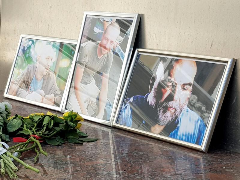 30 июля съемочная группа выехала к помогающему журналистам консультанту из миссии ООН по имени Мартин, путь должен был занять около полутора дней. Но поздно вечером россияне попали в засаду, их автомобиль обстреляли неизвестные
