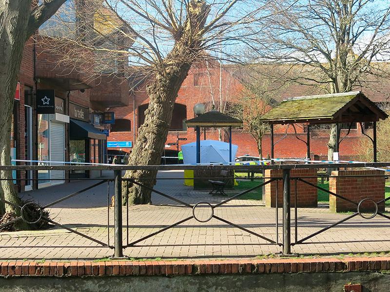 Белая палатка накрывает скамейку, на которой Сергей и Юлия Скрипаль были обнаружены в бессознательном состоянии