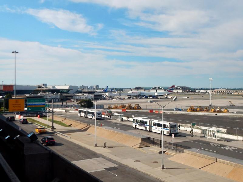 В аэропорту Нью-Йорка изолировали самолет из Дубая, на борту которого 100 пассажиров почувствовали недомогание