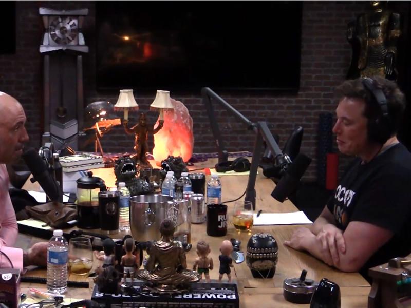 Илон Маск, на которого в последние дни оказывают сильное давление акционеры Tesla, в гостях на передаче американского комика Джо Рогана в прямом эфире стал курить марихуану