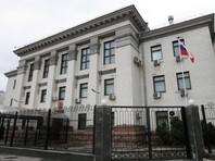 В Киеве радикалы облили краской и нечистотами машины российских дипломатов (ФОТО)