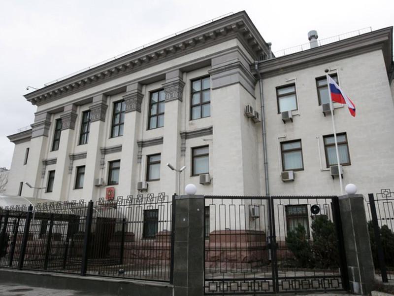 В Киеве неизвестные в четверг, 27 сентября, бросили на территорию торгового представительства России дымовые шашки, нанесли на ограждение оскорбительные надписи и нанесли ущерб автомобилям дипломатов