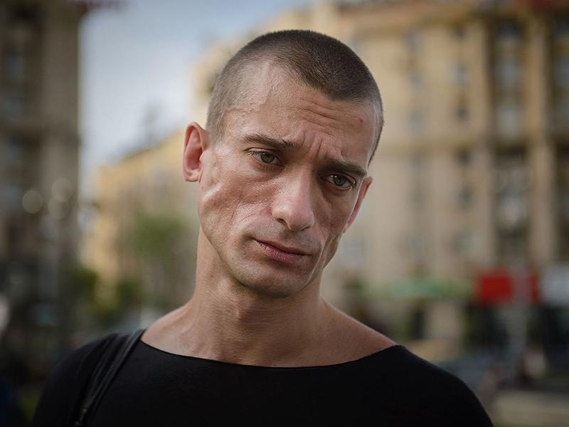 """Суд в Париже постановил выпустить из-под ареста российского художника-акциониста Петра Павленского. Как сообщает RFI, было принято решение отпустить Павленского из тюрьмы """"под судебный контроль"""". Теперь он должен регулярно отмечаться в полиции"""
