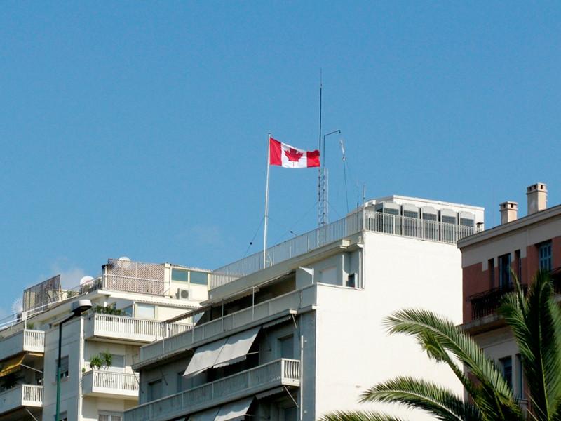 """Группа неизвестных с кувалдами напала на посольство Канады в Афинах"""" />"""