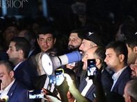 Глава правительства направился в здание парламента республики, где продолжают оставаться депутаты и журналисты