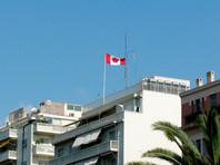 Группа неизвестных с кувалдами напала на посольство Канады в Афинах