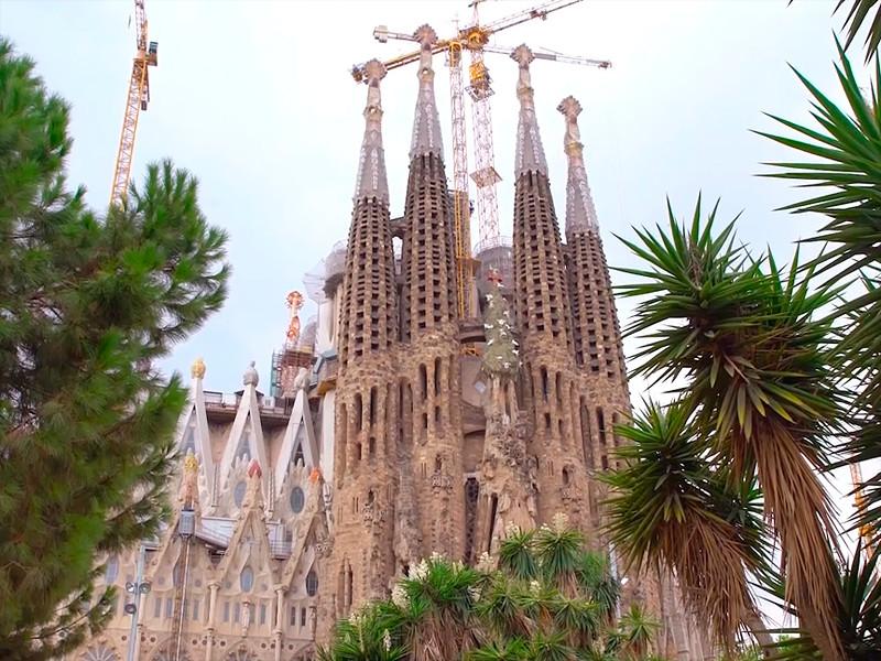 """Храм Sagrada Familia в Барселоне более 130 лет строится без разрешения"""" />"""