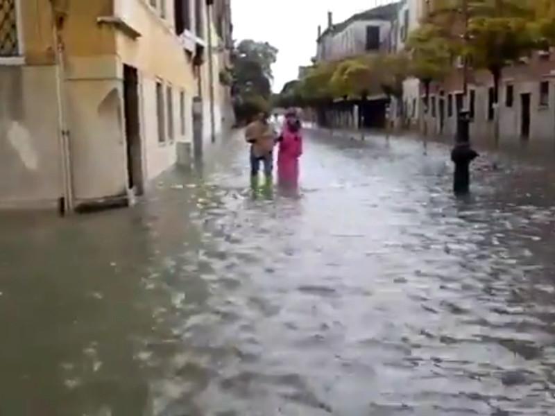 """В Венеции впервые за 40 лет затоплено три четверти города. Непогода по всей стране убила уже девять человек (ФОТО, ВИДЕО)"""" />"""