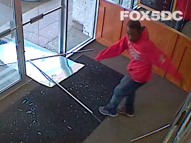 """В Вашингтоне ранили мужчину, попытавшегося проникнуть в здание новостного телеканала"""" />"""