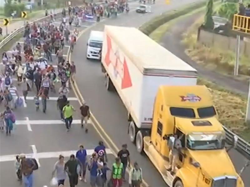 """К границам США идет """"караван мигрантов"""" - тысячи беженцев из Гватемалы, Сальвадора и Гондураса. Трамп грозит привлечь армию"""" />"""