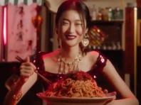 """Китайские ритейлеры объявили бойкот Dolce & Gabbana после """"расистских"""" роликов  с насмешками над палочками для еды"""
