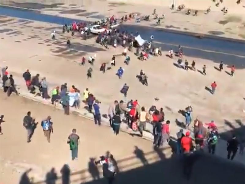 Несколько сотен мигрантов пытались прорваться в США на границе с Мексикой, их отгоняли слезоточивым газом и резиновыми пулями