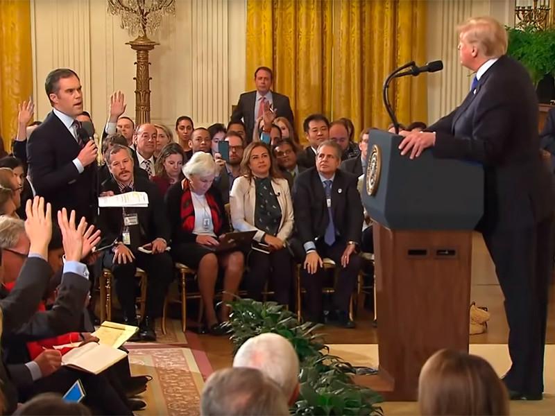 Корреспондент CNN Джим Акоста был временно лишен постоянного пропуска в Белый дом, который требуется для посещения открытых для прессы мероприятий