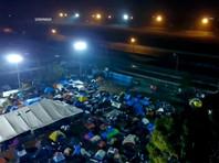 """Власти Мексики перевозят мигрантов в новый лагерь в 25 км от границы с США"""" />"""