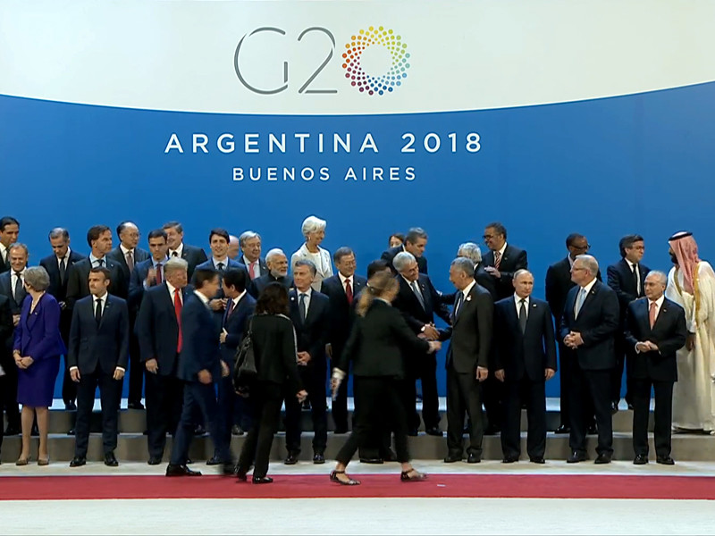 Президент РФ Владимир Путин и президент США Дональд Трамп перед началом фотографирования лидеров G20 в Буэнос-Айресе не поприветствовали друг друга