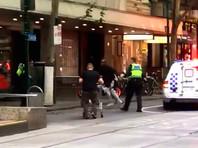 В Мельбурне мужчина врезался в ТЦ на машине, взорвал ее и напал с ножом на людей (ВИДЕО)
