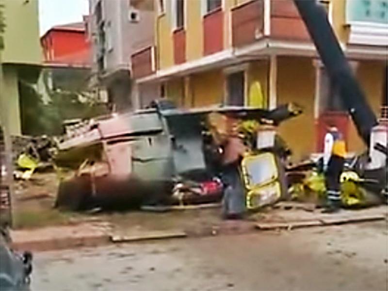Четверо турецких военнослужащих погибли при падении вертолета в жилом квартале Стамбула