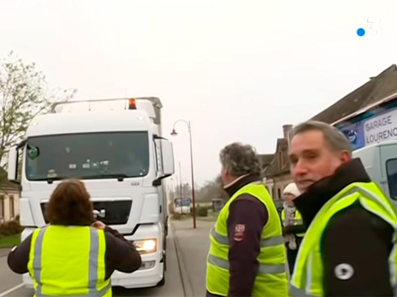 """Автомобилисты по всей Франции облачились в желтые жилеты и протестуют против роста цен на топливо. Есть жертвы и пострадавшие"""" />"""
