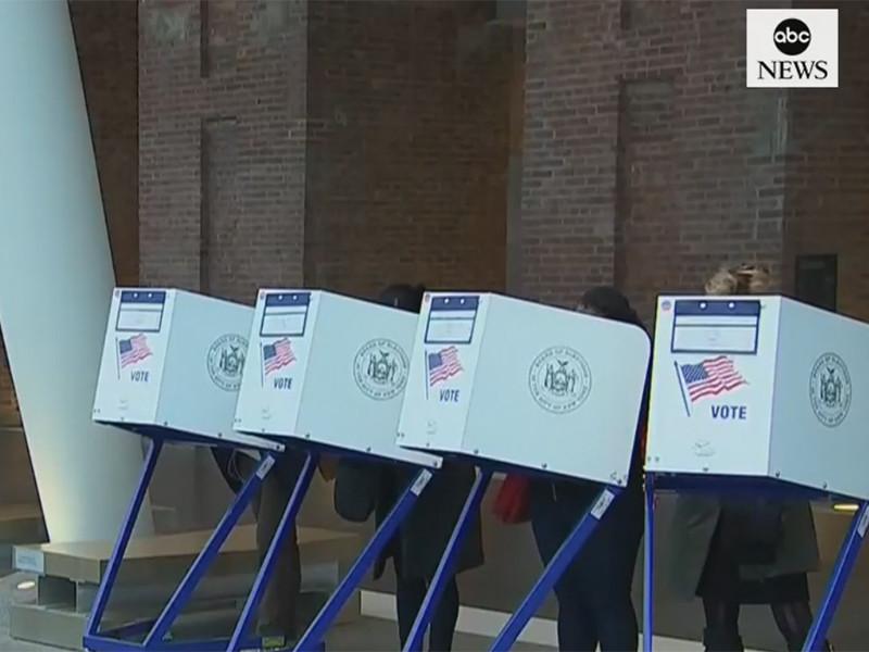 """Женщины, латиноамериканцы и молодежь обеспечили  демократам успех на промежуточных выборах в США"""" />"""