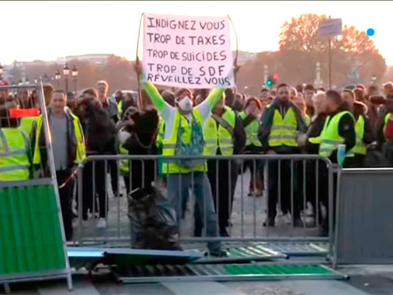 """В Париже полиция применила слезоточивый газ и водометы для разгона протестующих против роста цен на топливо (ВИДЕО)"""" />"""