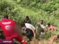 В Перу в пропасть упал автобус с юношеской футбольной командой. Погибли семь человек, включая водителя. Госпитализированы еще девять человек. Всего пострадали 11 пассажиров. Вероятно, автобус потерял управления на мокрой от недавних дождей дороге