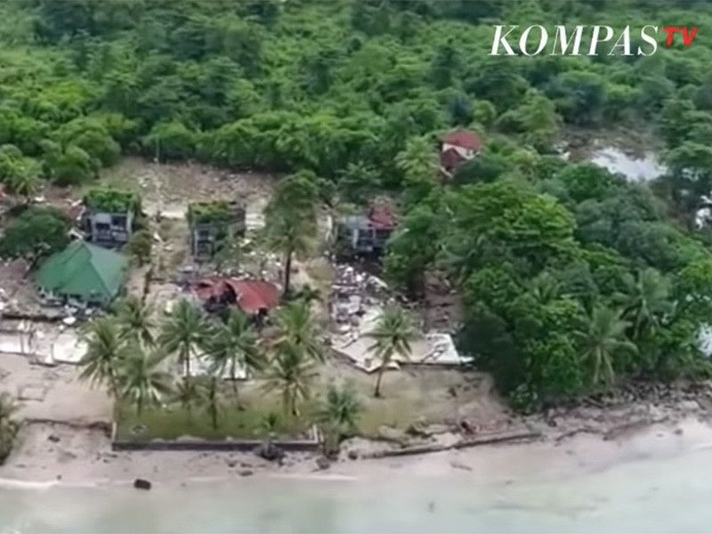 """Число погибших при цунами в Индонезии увеличилось до 429 человек"""" />"""