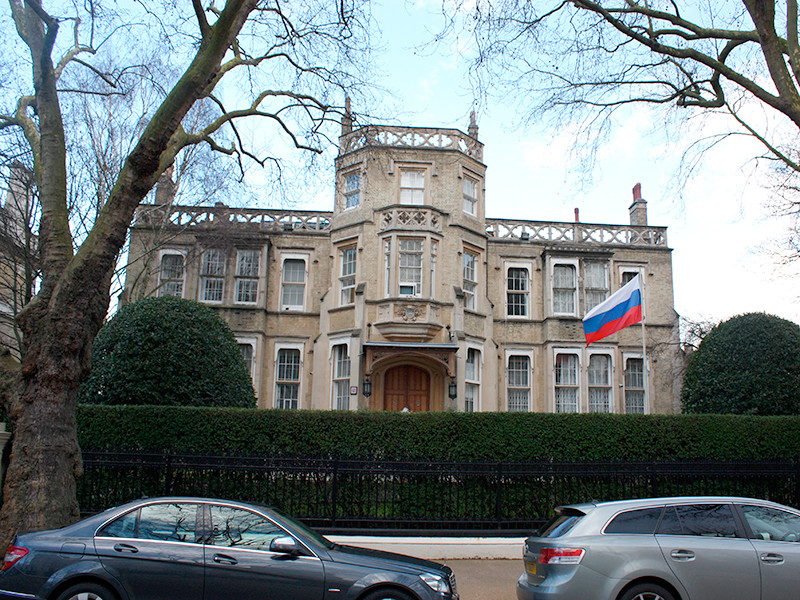 """MI5 и полиция полагают, что российских дипломатов, которых не выслали из страны в связи с отравлением в Солсбери с использованием боевого яда семейства """"Новичок"""", теперь мобилизовали для выполнения разведывательных заданий"""