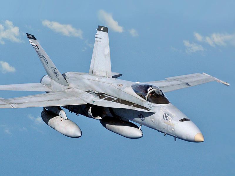 У берегов японского острова Сикоку в ночь на 6 декабря столкнулись два военных самолета США - истребитель-бомбардировщик McDonnell Douglas F/A-18 Hornet и самолет-заправщик KC-130