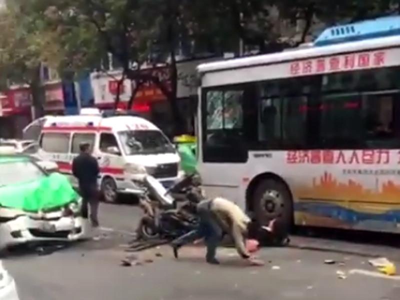 """В Китае угонщик автобуса задавил пять человек, более 20 получили ранения"""" />"""