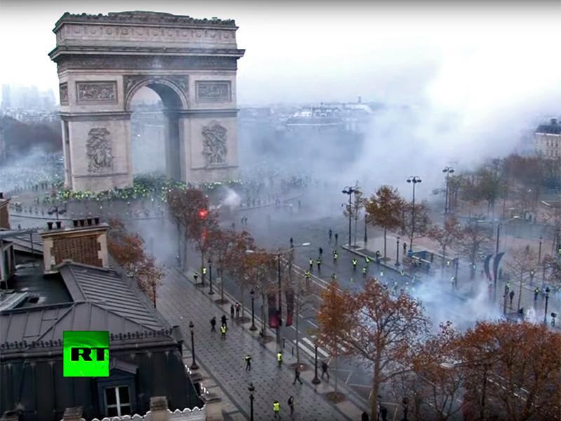 Жертвами беспорядков во Франции стали уже три человека, вандалы громят Триумфальную арку в Париже