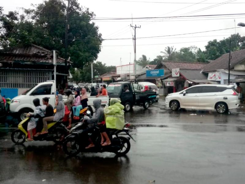 """В Индонезии цунами обрушилось на людей, пришедших на концерт, сотни могли пропасть без вести (ВИДЕО)"""" />"""