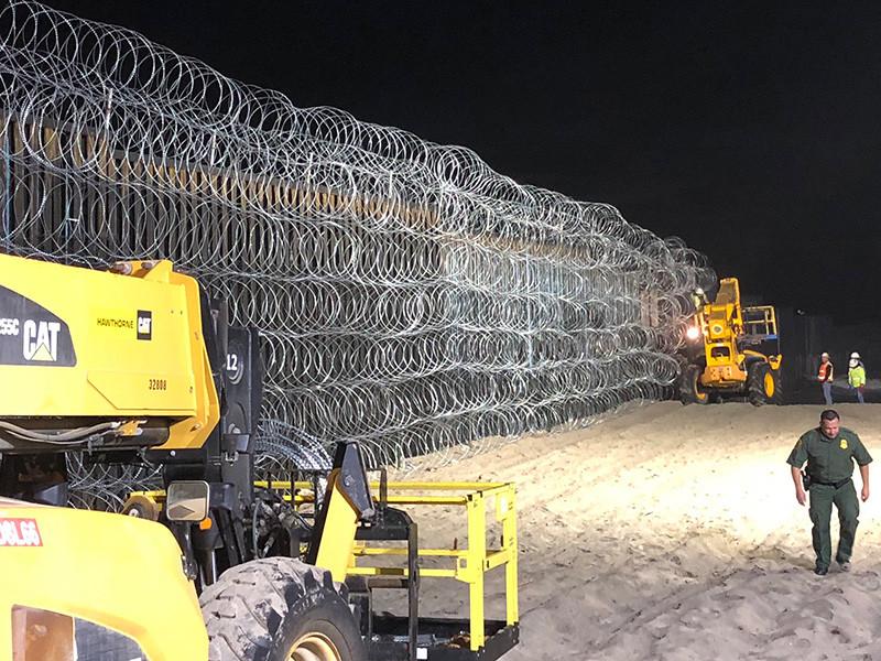 """Трамп призвал помочь штату Аризона возвести стену от незаконных мигрантов"""" />"""