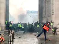 """В охваченном беспорядками Париже открыты все достопримечательности, кроме поврежденной Триумфальной арки"""" />"""