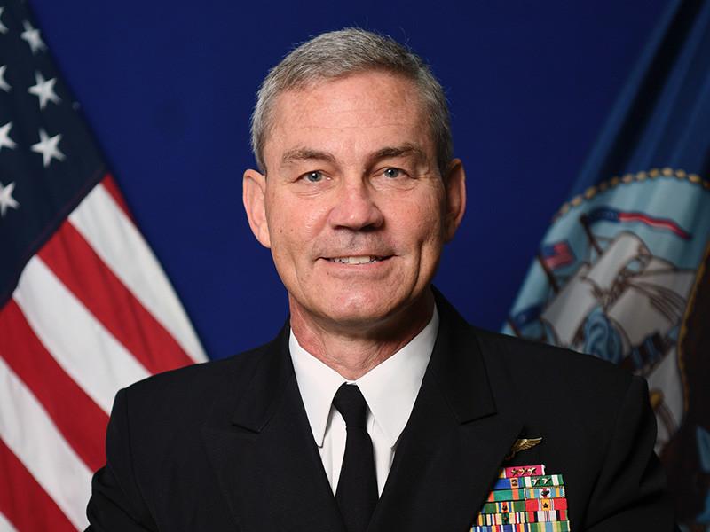 Телеканал CNN назвал причину смерти командующего Пятым флотом ВМС США на Ближнем Востоке, вице-адмирала Скотта Стирни. По данным информированных источников из числа военных, Стирни покончил с собой