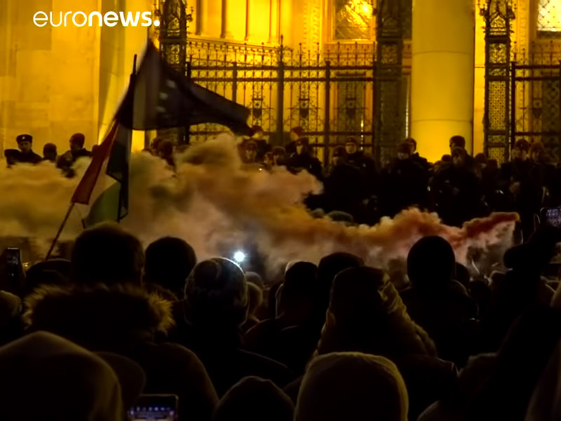 "В Будапеште полиция разогнала протестующих против ""трудового рабства"""